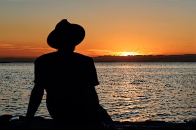 Vista di un tramonto su un lago