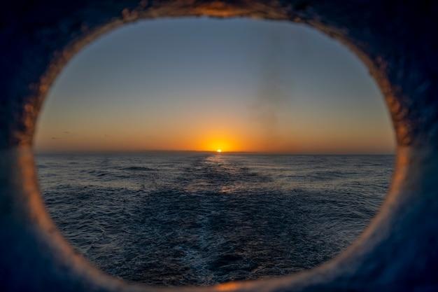Vista al tramonto gettare l'oblò sulla poppa della nave