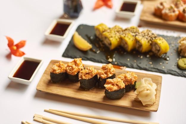 Vista del rotolo di sushi condita con bastoncini di pesce tritato.