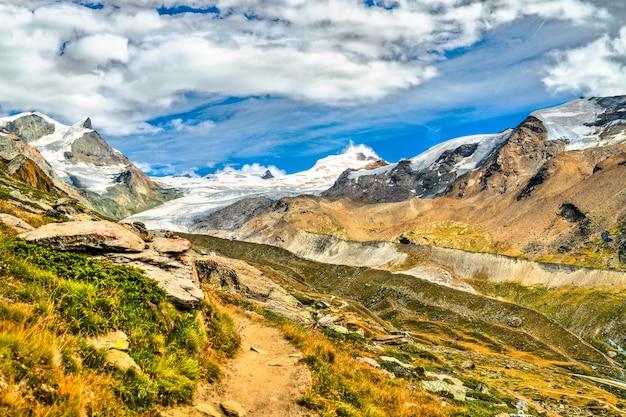 Vista delle alpi svizzere vicino a zermatt