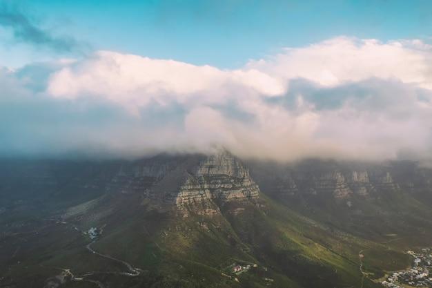 Vista della table mountain coperta di nuvole dalla testa del leone