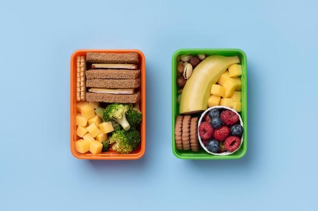 Disposizione di scatole per il pranzo di cibo gustoso sopra vista