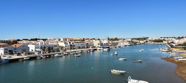Vista di tavira dal ponte dos descobrimentos, fiume gilao, portogallo