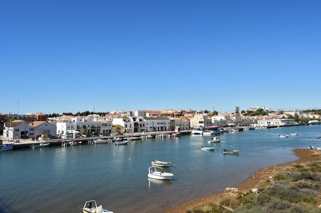 Vista di tavira dal ponte descobrimentos dos, fiume gilao, portogallo