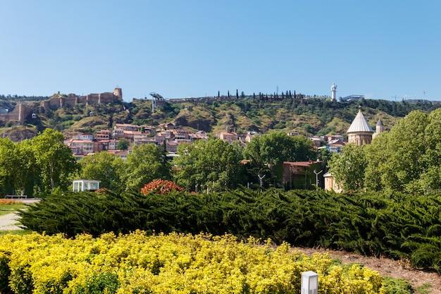 Vista della città di tbilisi in georgia in giornata di sole Foto Premium