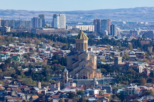 Vista di tbilisi con sameba, chiesa della trinità e altri punti di riferimento. bel posto dove viaggiare
