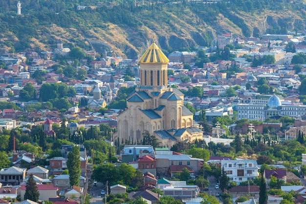 Vista di tbilisi con sameba, trinity church e altri punti di riferimento, viaggi