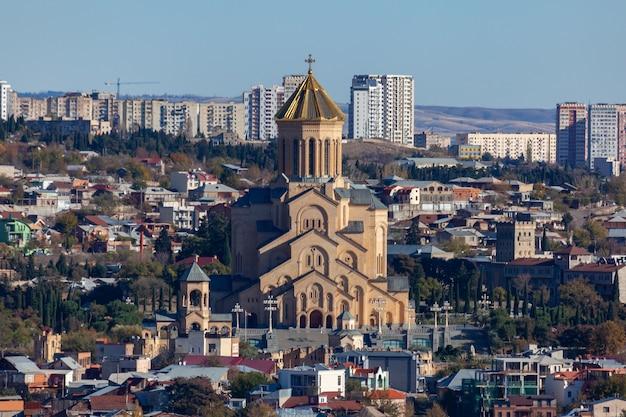 Vista di tbilisi con sameba, trinity church e altri punti di riferimento.