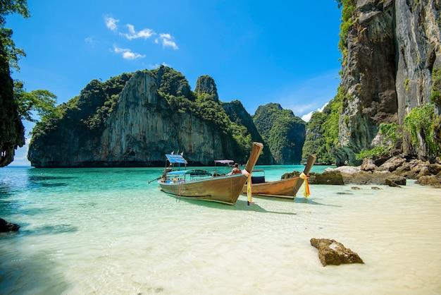 Vista della barca longtail tradizionale tailandese sopra il mare limpido e il cielo nella giornata di sole, isole phi phi, thailandia