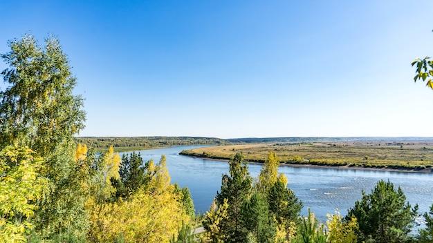Vista del fiume tom in autunno da lagerniy sad. tomsk. russia.