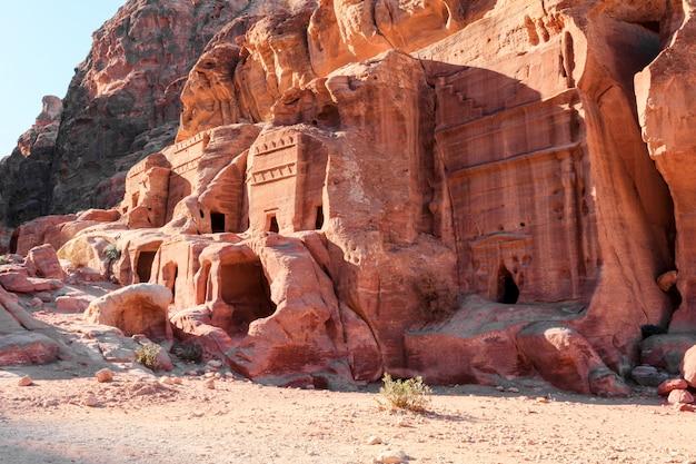 Vista delle tombe in montagna a petra, in giordania.