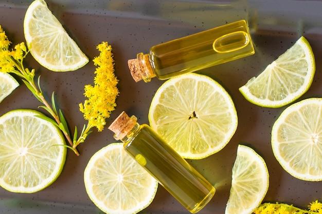 Vista sulla parte superiore delle bottiglie con cosmetici essenziali al limone per la cura di sé. il concetto di bellezza e salute.