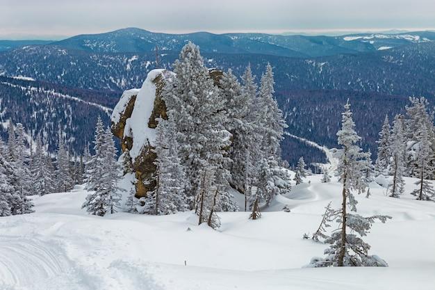 Vista sulla cima del monte utuya. paesaggio invernale nelle montagne dell'altay. russia, regione di kemerovo, stazione sciistica di sheregesh