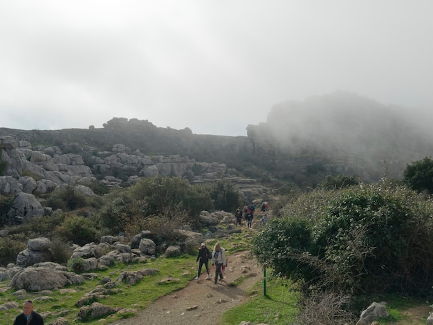 Vista di torcal de antequera, gente che cammina sul sentiero