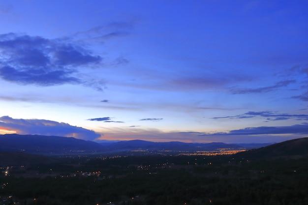 Vista verso la città di huancayo al tramonto