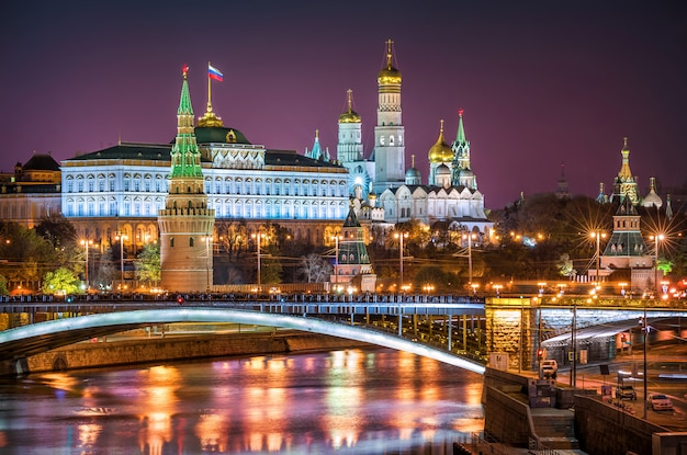 Vista delle torri, dei templi del cremlino di mosca e del ponte bolshoi kamenny