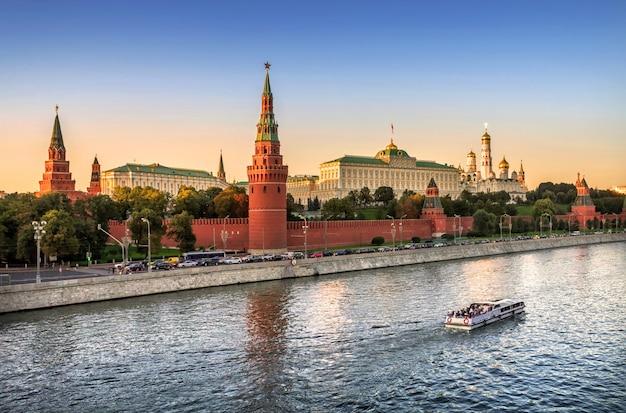 Vista delle torri, dei templi del cremlino di mosca e della nave galleggiante in una sera d'estate