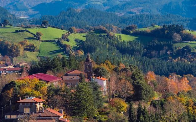 Una veduta del paese di garai con la sua chiesa in autunno