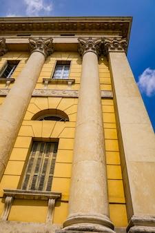 Vista al vecchio edificio tradizionale di verona, italy Foto Premium
