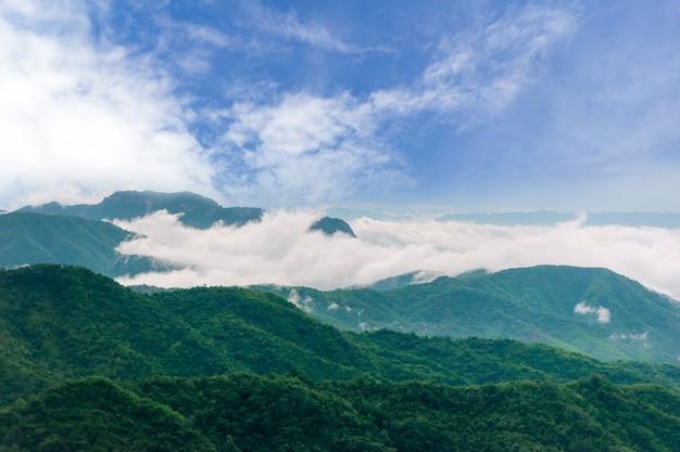 Visualizza il cielo e la nebbia della montagna della natura di viaggio