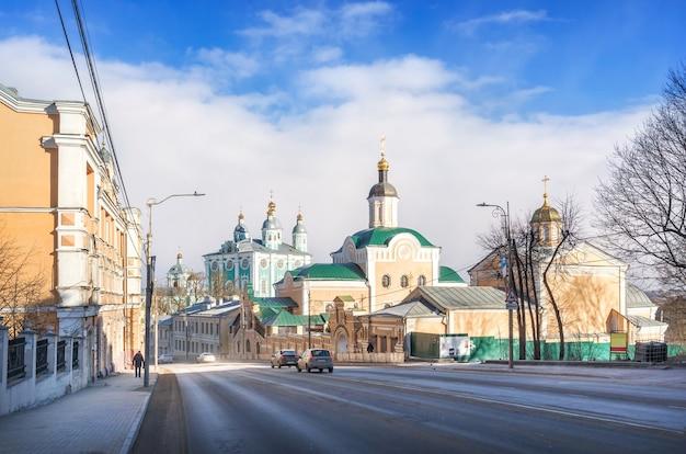 Vista del monastero della trinità e la cattedrale dell'assunzione da bolshaya sovetskaya street a smolensk sotto il cielo blu di primavera