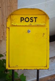 Vista della tipica cassetta delle lettere gialla, agrigento