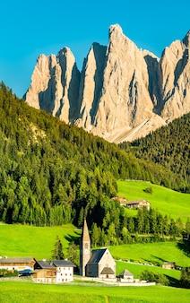 Vista della val di funes con la chiesa di santa maddalena nelle dolomiti, italia