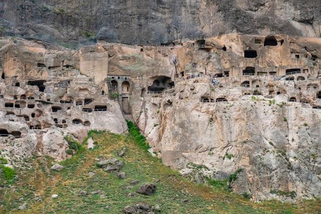 Vista delle grotte di vardzia. vardzia è un sito di monastero rupestre nel sud della georgia