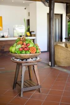 Una vista di vari frutti esotici presentati alla reception dell'hotle.