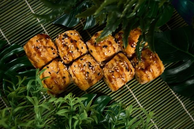 Sopra la vista di vari sushi e panini posti sulla tavola di legno