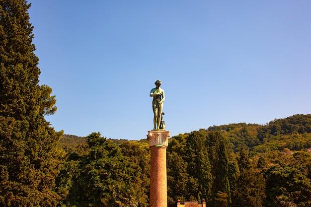 Vista della venere medicea scultura in bronzo nel parco miramare di trieste, italia