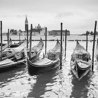 Vista della laguna veneziana con le gondole attraccate, venezia, italia. immagine in bianco e nero