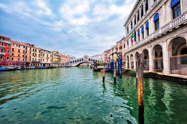 Vista di venezia con il ponte di rialto sul canal grande, italia