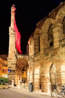 Veduta dell'anfiteatro di verona al crepuscolo