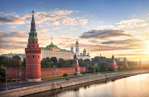 Vista di vodovzvodnaya, altre torri e templi del cremlino di mosca al mattino