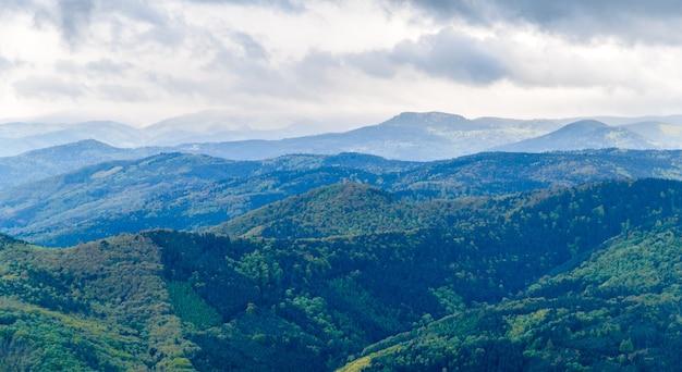 Vista sulle montagne dei vosgi in alsazia