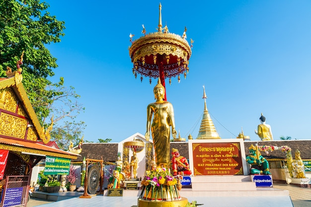Vista di wat phra that doi kham (tempio d'oro) a chiang mai, thailandia.