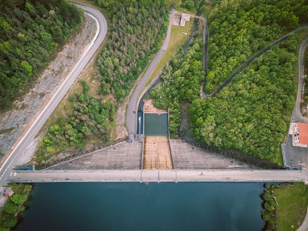 Vista della diga dall'alto, energia rinnovabile, scenario aereo