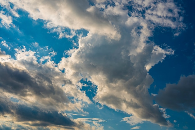 Visualizza nuvole bianche nel cielo blu