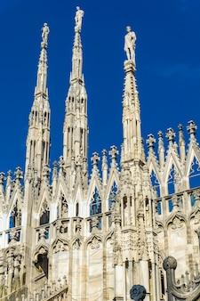 Mostra a statue di marmo bianco sul tetto del famoso duomo di milano in italia