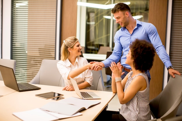 Visualizza ai giovani uomini d'affari che lavorano in un ufficio moderno