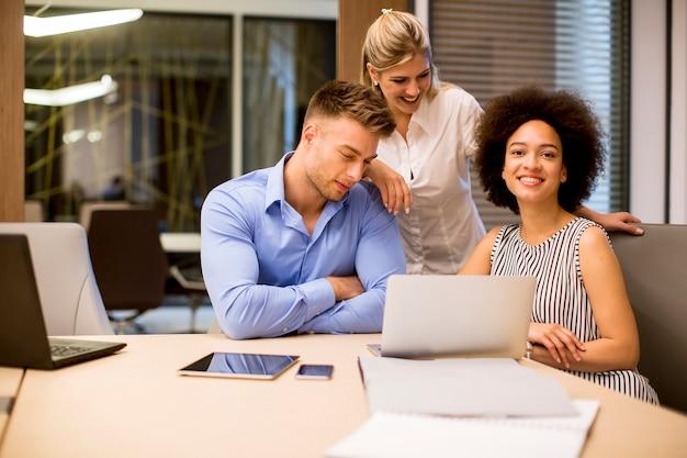 Guarda ai giovani uomini d'affari che lavorano in un ufficio moderno
