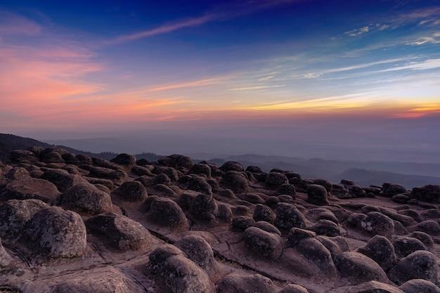 Punto di vista al picco di montagna delle pietre nodulari o lan hin poom con il cielo al tramonto crepuscolare al parco nazionale di phu hin rong kla nella provincia di phitsanulok, tailandia