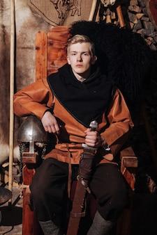 Viking in posa contro l'antico interno dei vichinghi.