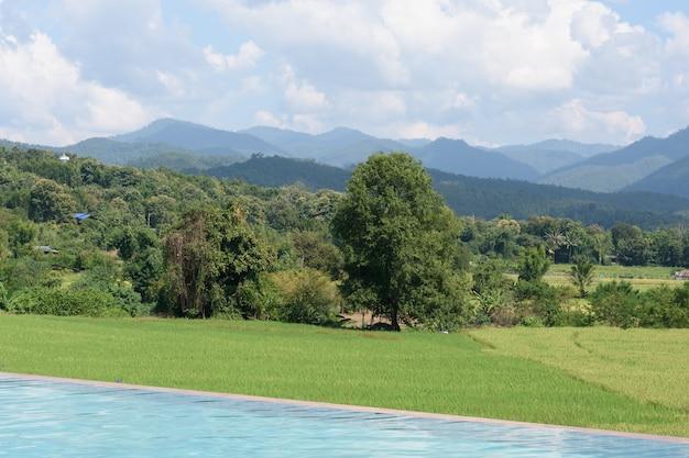Villa con piscina e vista montagna con prato verde