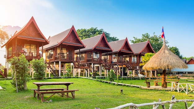 Villaggio e bungalow lungo il fiume nam song a vang vieng, laos.