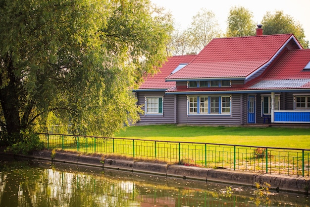 Una casa di paese vicino al fiume nella foresta in una giornata di sole un buon posto per vivere nella natura in un ambiente pulito ...