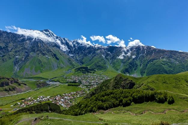 Il villaggio di stepantsminda nella riserva di kazbegi è circondato da bellissime montagne alte