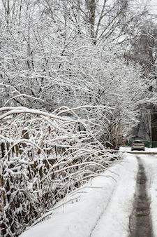 Strada del villaggio in inverno nella neve