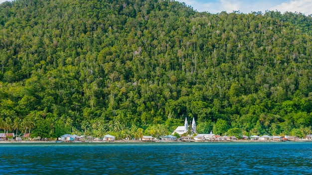 Villaggio con chiesa sull'isola di monsuar. raja ampat, indonesia, papua occidentale.